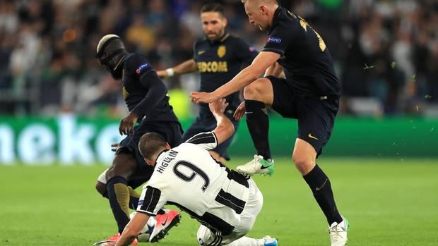 Juventus gegen Monaco in der Champions League: Glik tritt auf Knie von Higuain