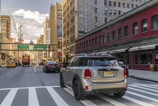 Der Mini Cooper S E Countryman All4 beschleunigt in 6,8 Sekunden auf Landstraßentempo
