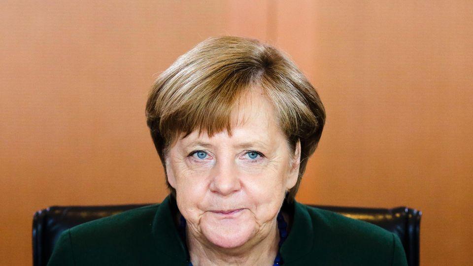 Ausgerechnet die Frage nach dem Feminismus ist es, die Deutschlands erste Bundeskanzlerin ins Schwimmen bringt.
