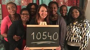 Carolin Kebekus zusammen mit weiblichen afrikanischen Comedians, die sich an der One-Aktion #GirlsCount beteiligen.