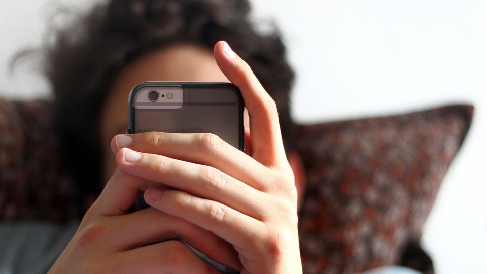 Digitale Pubertät: Wenn Eltern ihr erstes Smartphone bekommen, werden sie zu Teenies