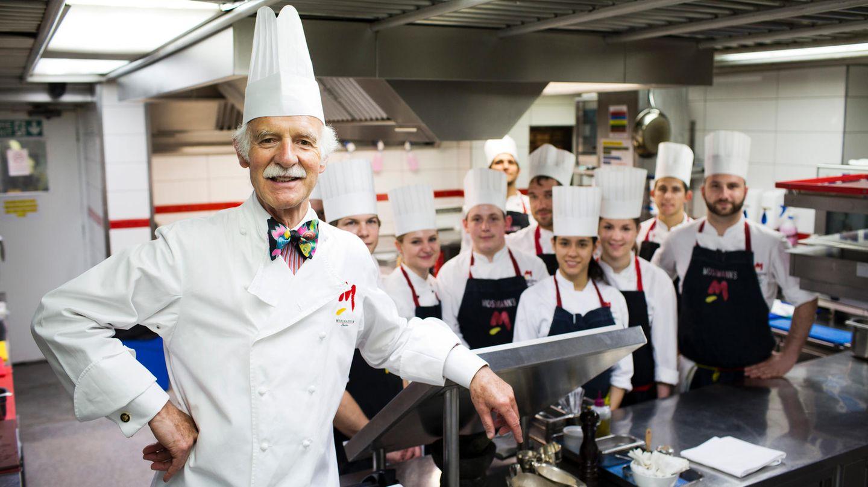 Anton Mosimann in der Küche seines Londoner Club-Restaurants mit seinen Angestellten