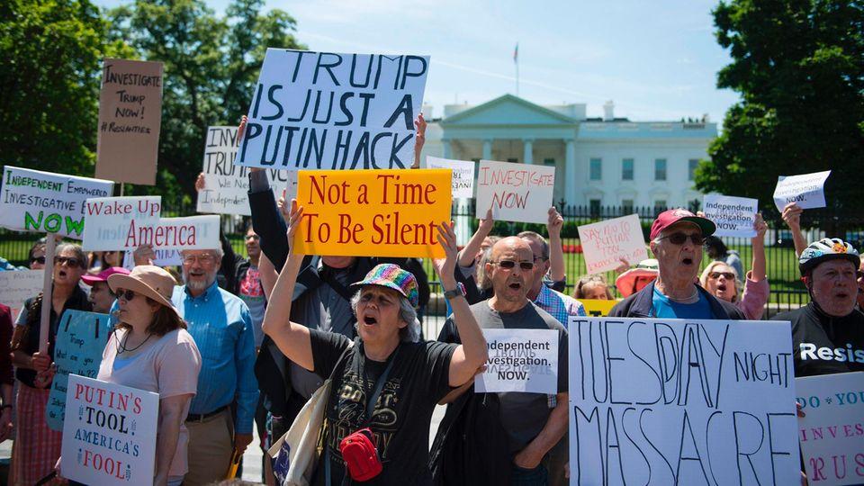 Hunderte protestieren vor Weißen Haus gegen die Comey-Entführung