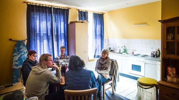 Psychose-Patientin Sigrid Ahrend (von hinten) mit ihren Betreuern und dem Home-Treatment-Team des Klinikums Itzehoe.