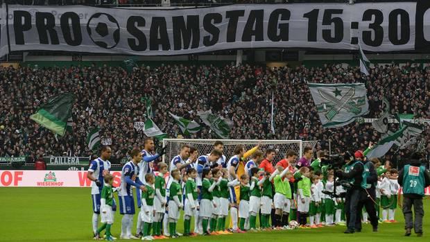 Fan-Vertreter fordern (hier 2015 in Bremen) mehr Rücksicht auf ihre Belange bei den Bundesliga-Anstoßzeiten