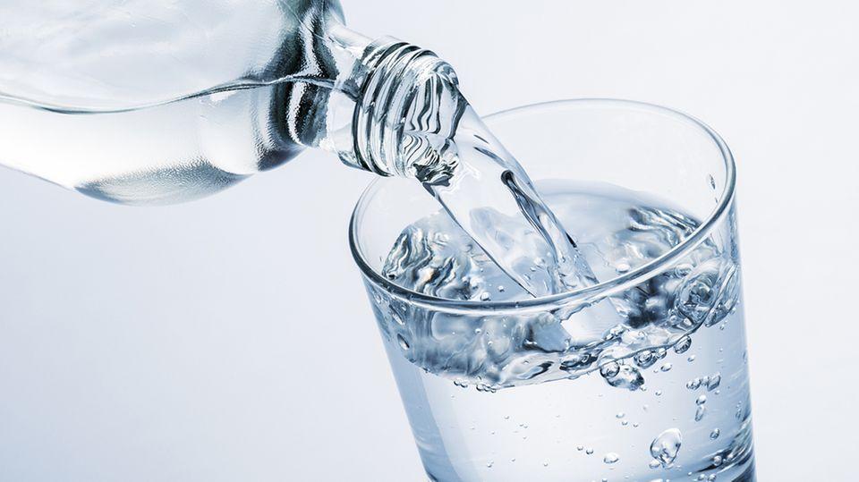 Mineralwasser im Check: Gleiches Wasser, viermal so teuer - so funktioniert der Quellen-Trick