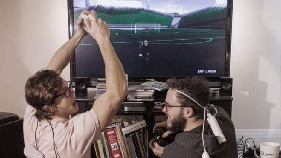Zwei Männer spielen Konsole