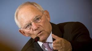 Trotz guter Aussichten in der aktuellen Steuerschätzung will Bundesfinanzminister Wolfgang Schäuble (CDU) am Sparkurs festhalten