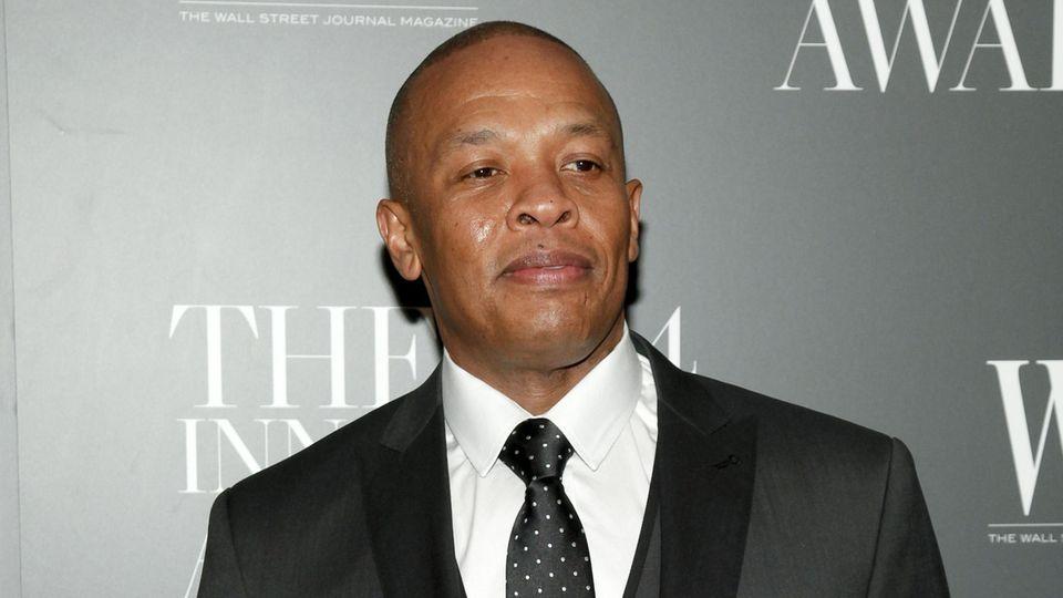 Dr. Dre im feinen Anzug und mit ernsten Blick.