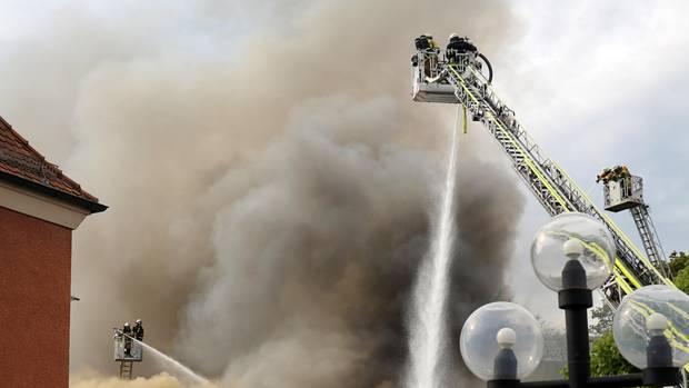 Feuerwehrleute versuchen, den Großbrand in einer Bayreuther Diskothek zu löschen