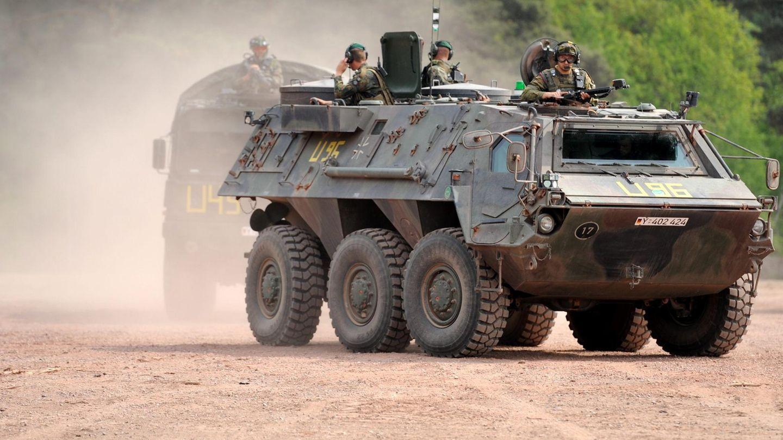 """Ein """"Fuchs""""-Panzer der Bundeswehr in Fahrt während einer Übung"""