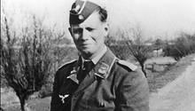 Helmut Schmit in Wehrmachtsuniform - ein ähnliches Bild hat die Uni Hamburg nun entfernen lassen.