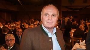 Uli Hoeneß steht im Janker in einem dunklen Bierzelt