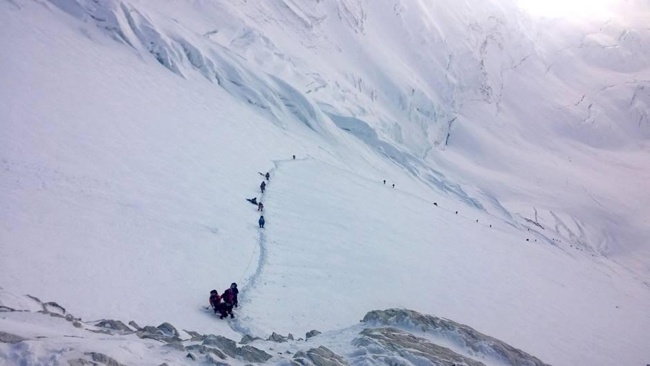 Der mühsame Weg zum 8848 Meter hohen Gipfel: In der Eiswüste zwischen Lager 3 und Lager 4.