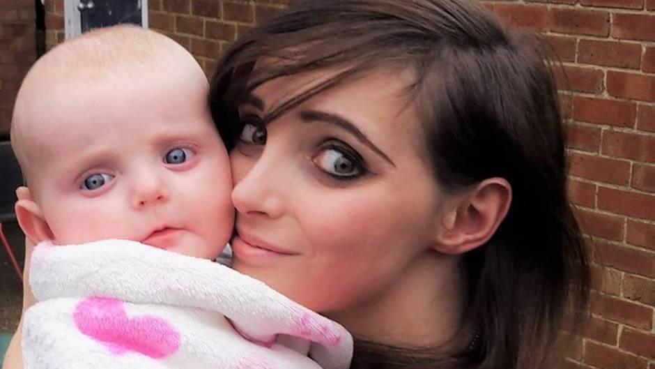 Baby Effie im Arm seiner Mutter