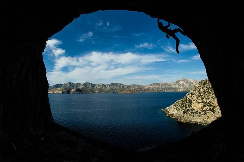 """""""Der Eingang dieser Höhle auf der griechischen Insel Telendos ist ein spektakulärer Platz zum Klettern – aber nicht so gefährlich, wie es hier aussieht.""""      Mehr Fotos vonCrazy-Muliin derVIEW Fotocommunity      Aktionen und Informationen aus der VIEW Fotocommunity aufFacebookoderTwitter"""