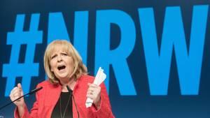 Mit geballten Fäusten hält Hannelore Kraft eine Wahlkampfrede für die SPD in Nordrhein-Westfalen