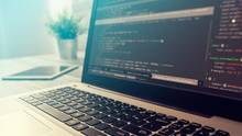 Ein geöffneter Laptop zeigt Programmcode