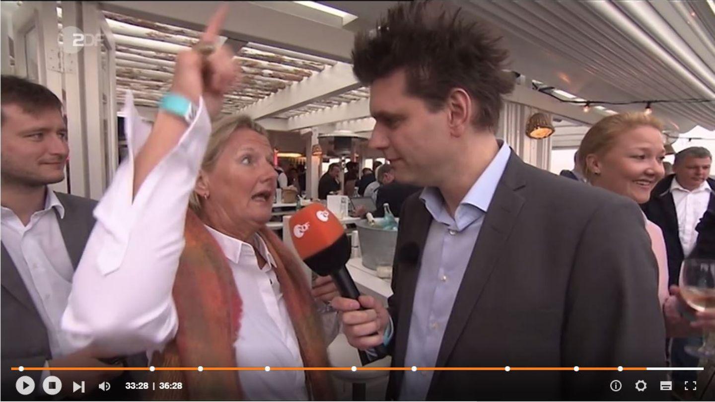 Heute-Show-Reporter Lutz van der Horst zusammen mit der angetrunkenen Dame