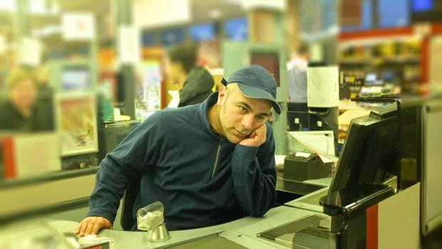 """""""Acht Stunden lang scannen und lächeln."""" Kassierer im Supermarkt ist kein leichter Job (Symbolbild)"""