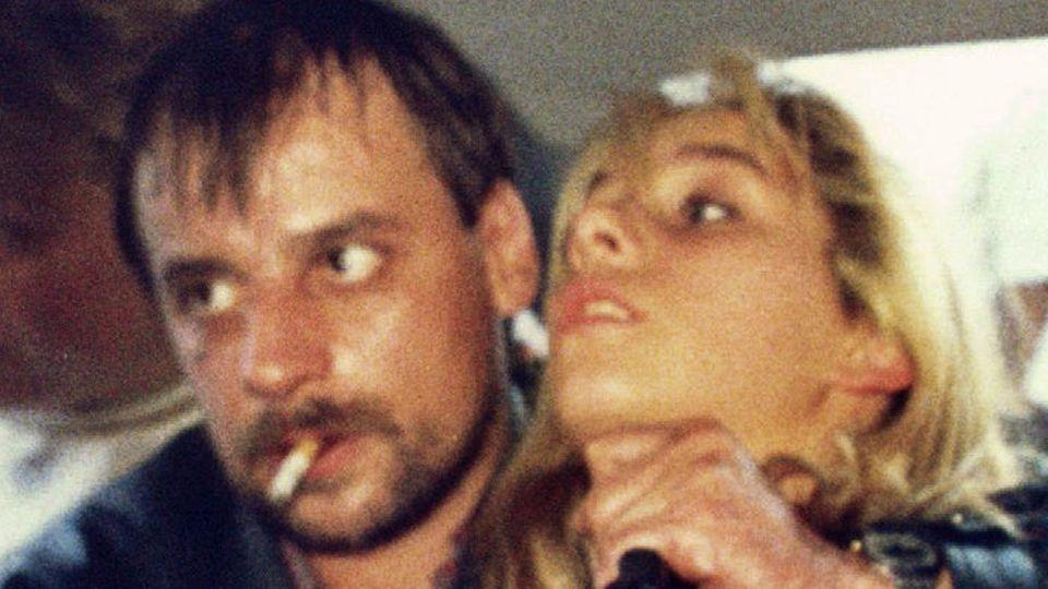Die Geiselnahme von Gladbeck im August 1988: Dieter Degowski bedroht die Geisel Silke Bischoff mit seiner Waffe.