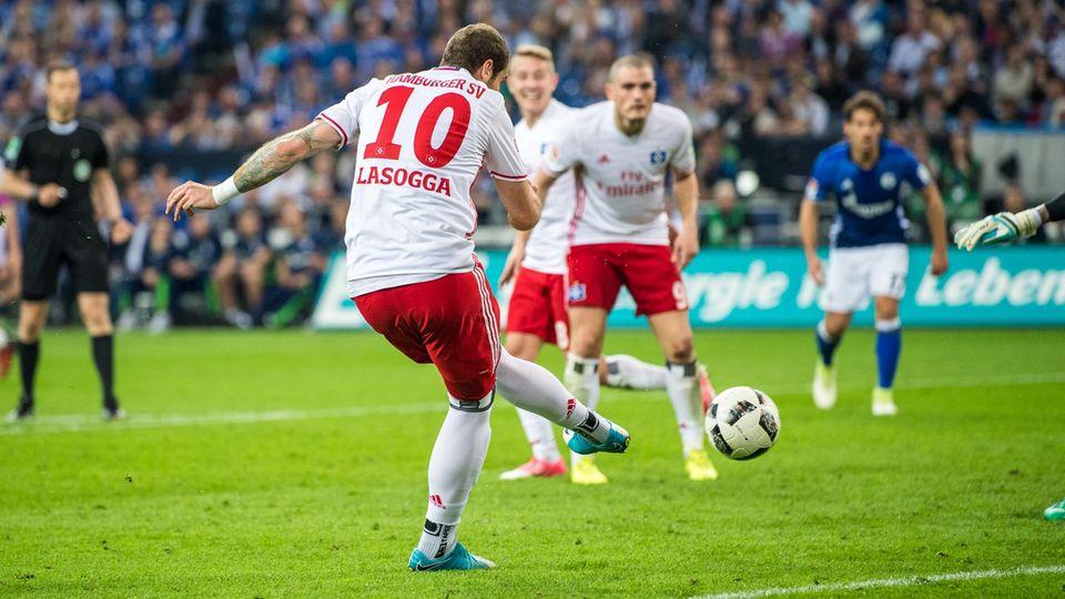HSV-Stürmer Pierre-Michel Lasogga wurschtelt den Ball irgendwie über die Linie