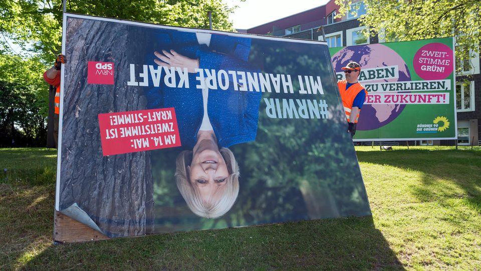 Nach der Wahl in NRW wird ein Plakat der abgewählten Ministerpräsidentin Hannelore Kraft abgebaut