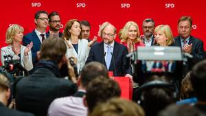 Martin Schulz steht am Tag nach der NRW-Pleite in Berlin Rede und Antwort