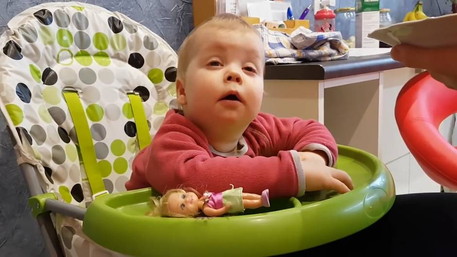 Müdigkeit auf Youtube: Einjährige schläft beim Essen immer wieder ein