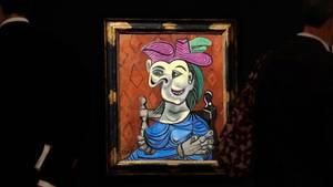 """Das Gemälde """"Femme assise, robe bleue"""" von Pablo Picasso wird im Auktionshaus Christie's in New York gezeigt"""