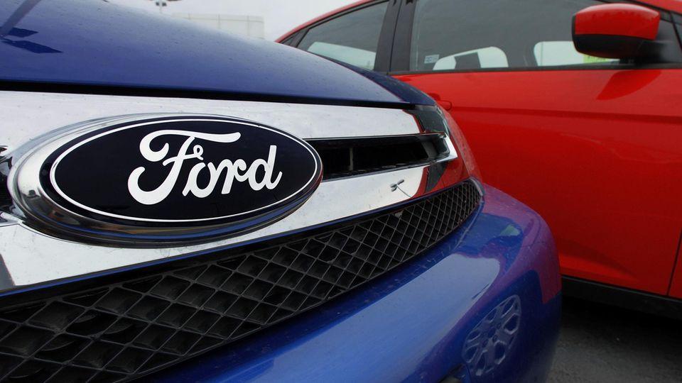 Das Ford Logo an einem blauen PKW