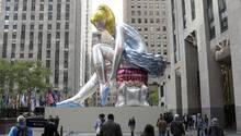 """Die Skulptur """"Seated Ballerina"""" von Jeff Koons vor dem Rockefeller Center in New York"""