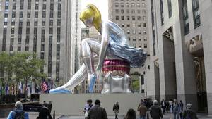 "Die Skulptur ""Seated Ballerina"" von Jeff Koons vor dem Rockefeller Center in New York"