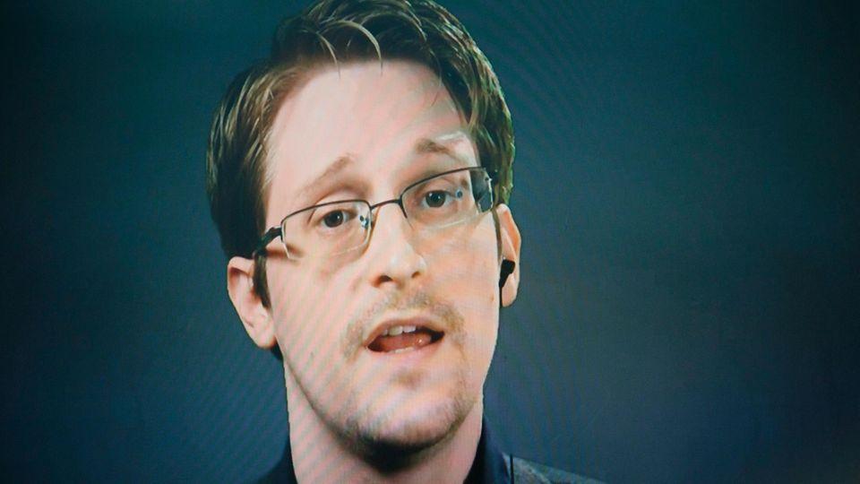 Edward Snowden spricht 2016 bei einer Pressekonferenz, die via Satellit aus Moskau übertragen wurde