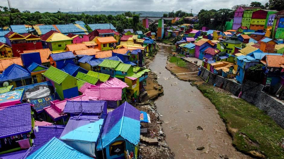 Sicht auf den bunt angemalten Slum in Indonesien