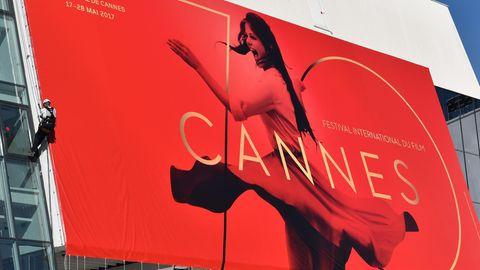 Ein Cannes Festival-Plakat wird aufgehangen. Cannes 2017 zeigt zum ersten Mal auch Netflix-Produktionen.