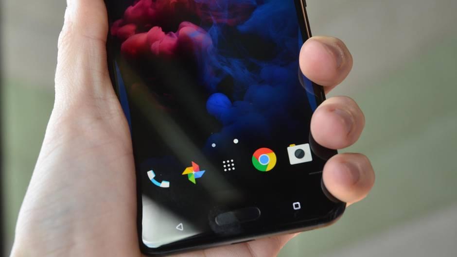 Das HTC U11 wird an den Display-Rändern gedrückt
