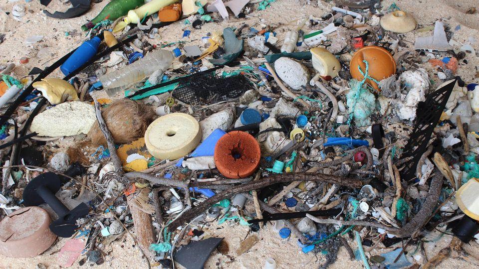 An den Stränden der Insel türmt sich Müll, den Menschen anderswo achtlos ins Meer geworfen haben