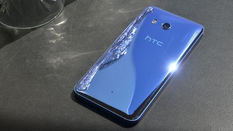 Das HTC U11 liegt mit dem Display nach unten auf einen Tisch