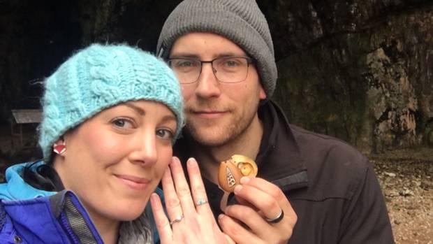 Nach dem Antrag zeigt Anna stolz ihren Verlobungsring