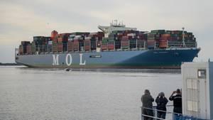 Die MOL Triumph läuft in Hamburg ein
