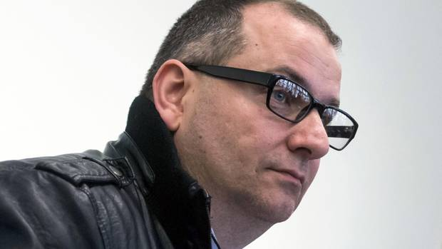 Wilfried W., ein Mann mit schwarzer Lederjacke und schwart gerahmter Brille, sitzt im Saal des Landgerichts Paderborn