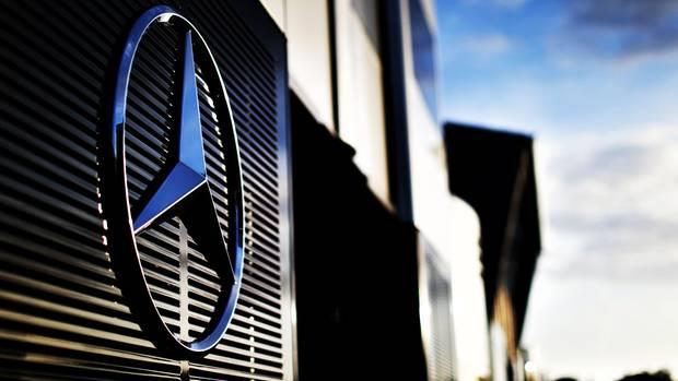 Das Mercedes-Logo hängt an einer Wand