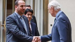 Staffan de Mistura (rechts), UN-Sonderbeauftragter für Syrien, begrüßt Nasr al-Hariri, Anführer der Oppositionsvertreter.