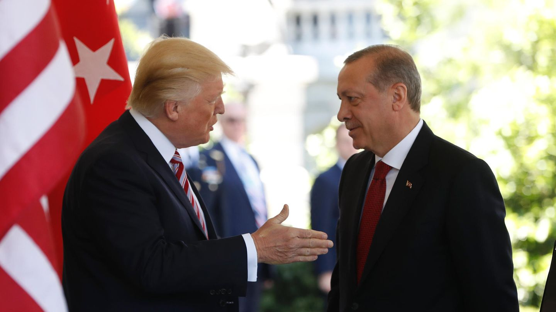 US-Präsident Donald Trump reicht vor dem Weißen Haus dem türkischen Präsidenten Recep Tayyip Erdogan die hand