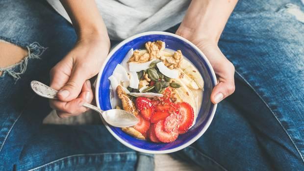 """Natürliche Lebensmittel wie Obst und Nüsse bilden die Basis des Ernährungskonzepts """"Clean Eating"""""""