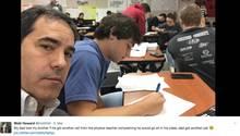 Vater setzt sich mit seinem Sohn in den Unterricht