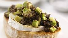 Avocado und Ziegenkäse auf einer Scheibe Brot