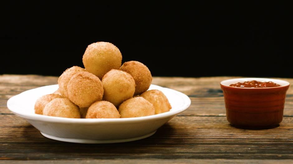 Mit Kartoffelpüree vom Vortag: So einfach gelingen Kartoffel-Käse-Bällchen