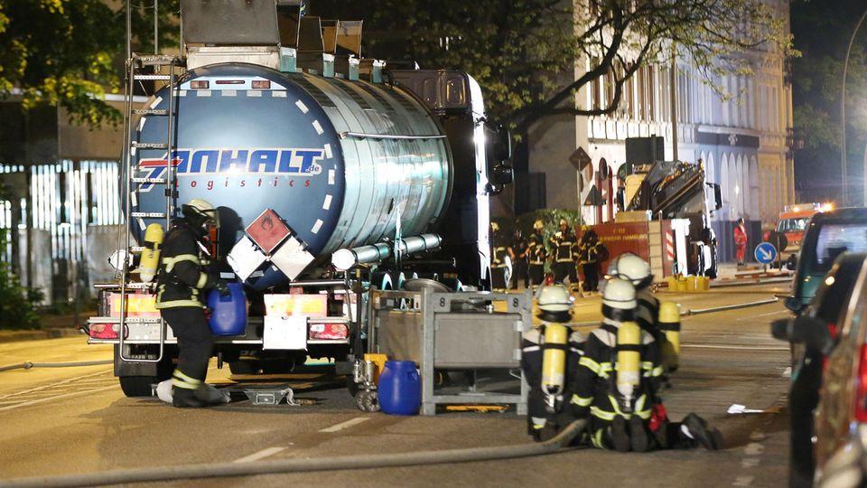In Hamburg rückte die Feuerwehr mit einem Großaufgebot wegen eines beschädigten Gefahrguttransporters aus.